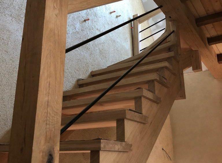 Escalier en chêne massif, balustres en métal