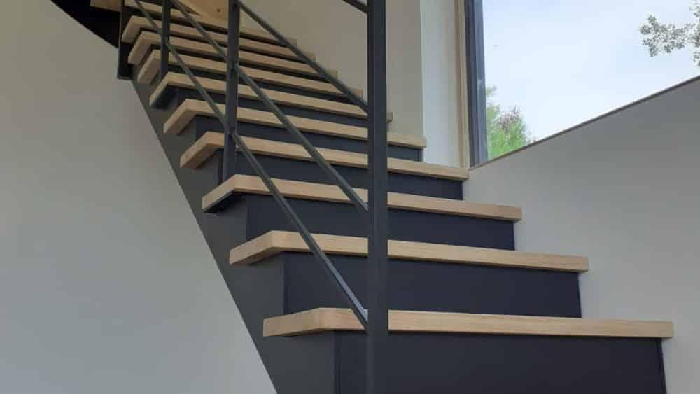 Escalier métal laqué noir et marche en chêne